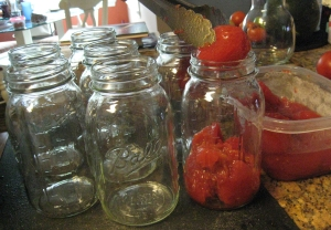 Filling the jars with tomatoes