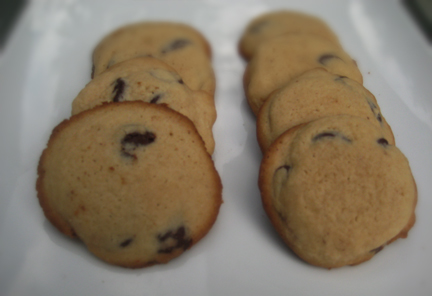 The cookies on the left were made with store-bought butter and eggs; the ones on the right with Farmer's Market butter and eggs