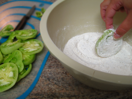 Coating green tomatoes in flour